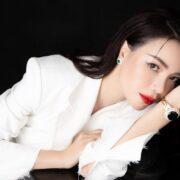 Trà Ngọc Hằng diện trang phục đơn sắc