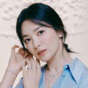 Mặc đẹp chốn công sở như Song Hye Kyo với vòng cổ sợi mảnh hai tầng